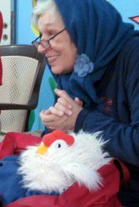 Huhn: Micaela und Huhn in Gaza